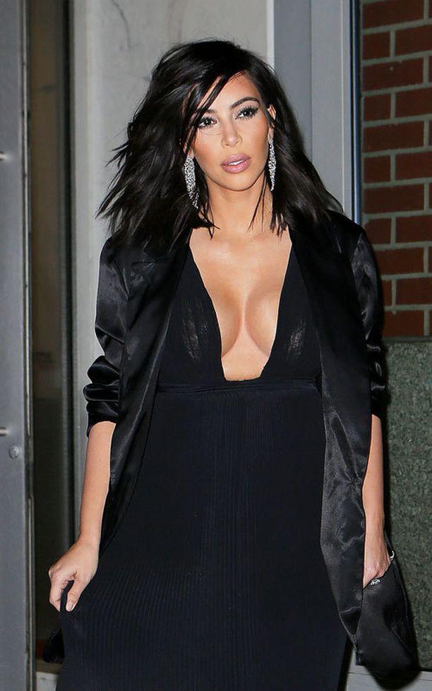 Kim Kardashian hankki meikkaajan muotoilemaan rintansa täydellisiksi korostusten ja varjostusten avulla.