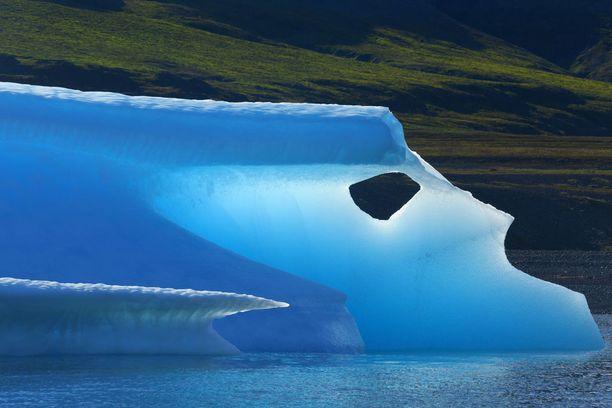 Kesän lämmössä sulava jäävuori Grönlannin rannikolla.