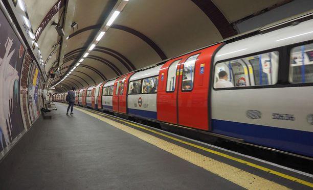 Mies kuvasi naisia ja tyttöjä metromatkoillaan. Kuvituskuva.