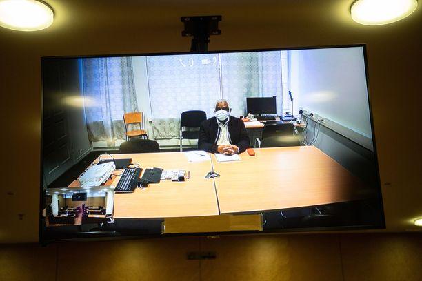 Vanki piti kasvomaskia torstain käsittelyssä, mutta videolta oli nähtävillä, että hänen hiuksensa ovat harmaantuneet.
