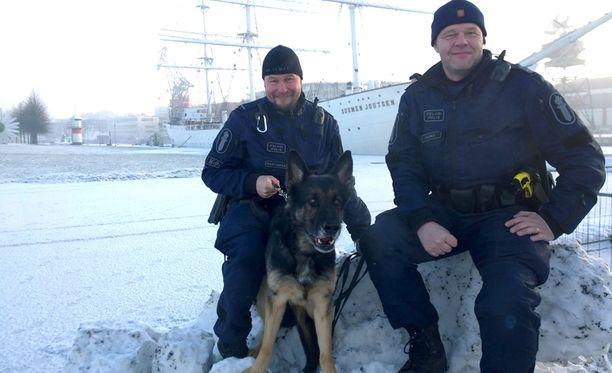Vanhemmat konstaapelit Marko Rantanen (vas) ja Jouni Heino sekä poliisikoira Enska löysivät kadonneen miehen viime hetkellä.