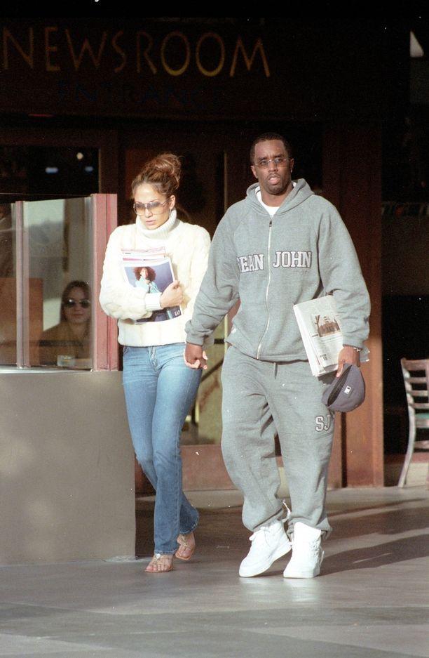 Diddy julkaisi somessaan tämän, joulukuussa 2000 napatun yhteiskuvan Jennifer Lopezin kanssa.