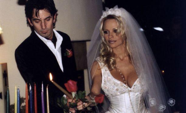 Pamela ja ensimmäinen aviomies Tommy Lee.