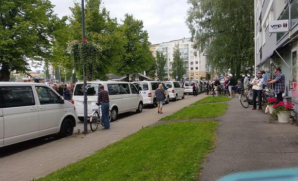 Ihmisiä on myös katujen varsilla odottamassa presidenttien saapumista.