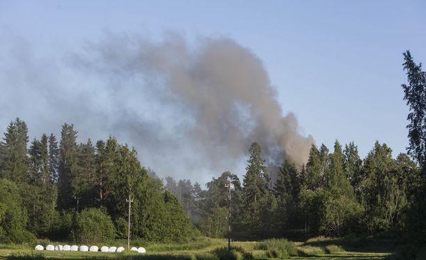 Piharakennuksen tulipalo aiheutti valtavan savupilven taivaalle Kotkassa maanantai-iltana.