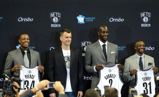 Brooklyn Netsin vuonna 2010 ostaneella Mikhail Prokhorovilla (toinen vasemmalta) oli erikoiset keinot puhua seuran kannattajat puolelleen.