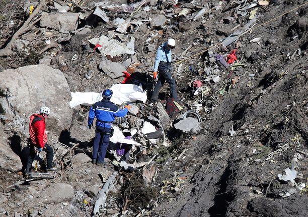 Pelastusmiehistö tutki koneen jäännöksiä Ranskan Alpeilla torstaina.