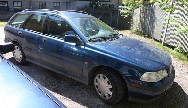 Tummansininen Volvo V40 on liikkunut murtoalueilla vajaan kuukauden.