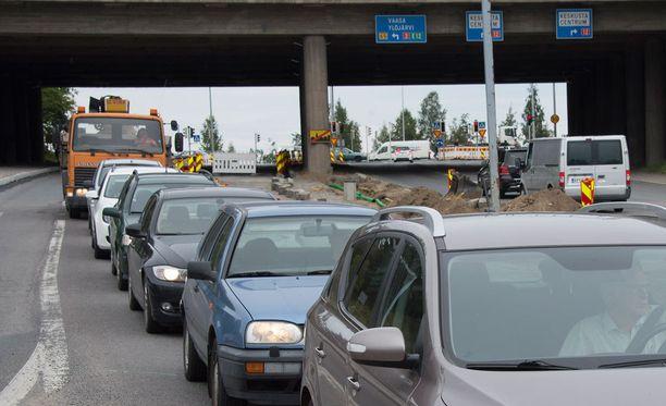 Jäätä heitettiin autojen päälle valtatie 9:n ylittävältä sillalta Tampereella. Kuvituskuva.