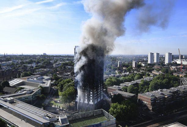 Tornitalo paloi Lontoon North Kensingtonissa 14. kesäkuuta 2017.