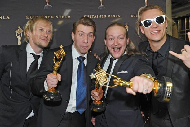 Aku Hirviniemi ja Duudsonit juhlivat Venla-patsaita vuonna 2011.