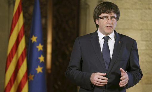 Lauantaina antamassaan vastauksessa Katalonian johtaja Carles Puigdemont vertasi Rajoyn ehdottamia toimia Espanjaa vuosina 1939-1975 rautaisella hallinneen kenraali Francisco Francon sotilasdiktatuuriin.