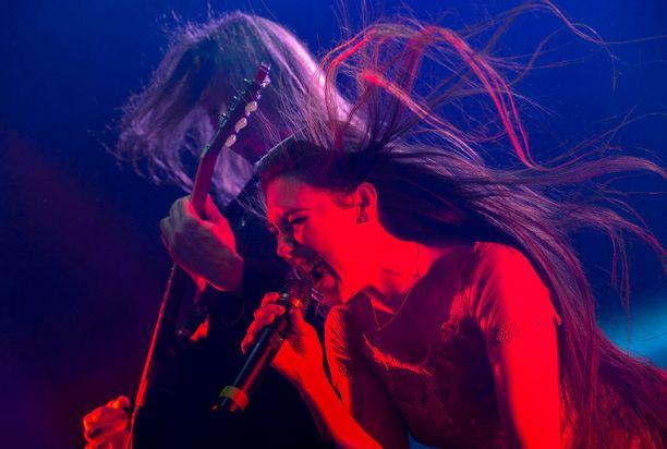 Myös Elize Rydiä kuullaan Raskaassa joulussa. Taustalla kitaristi Tuomas Wäinölä.