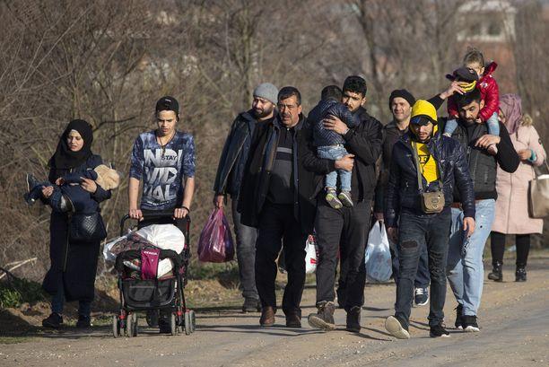 Joukko pakolaisia käveli Turkin puolella kulkevalla tiellä tiistaina. Alueella työskennellyt Seppo Mustajoki kertoo, että Kreikkaan pyrkivien joukossa on lapsiperheitä, jotka ovat lähteneet sotaa pakoon, mutta paljon myös siirtolaisista koostuvia miesporukoita.