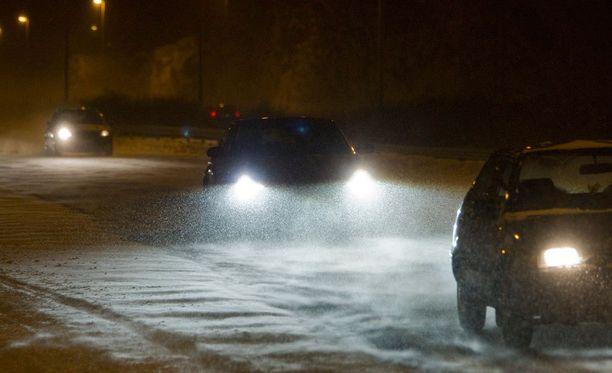 Hiihtolomaliikenne sujuu vaarattomammin, kun autojen välillä on riittävän pitkä turvaväli.