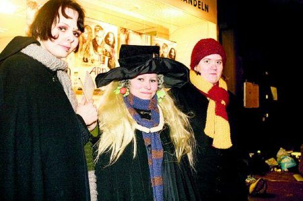 Numerot 1–3 Jonossa ensimmäisenä olevat Lita Kaipio, Mirva Saalasti ja Laura Pajunen ovat fanittaneet Harry Potteria jo vuosia.