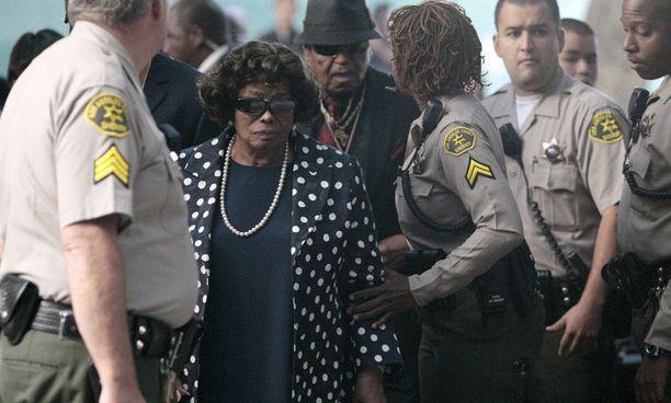 Michael Jacksonin äiti Katherine ja Joe saapuivat oikeudenkäyntiin Los Angelesissa.