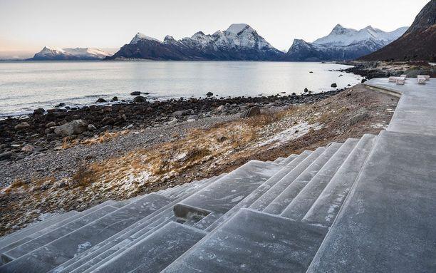 Norjan tielaitoksen mukaan tässä rannassa on hyvä paikka ihmetellä keskiyön aurinkoa tai revontulia.