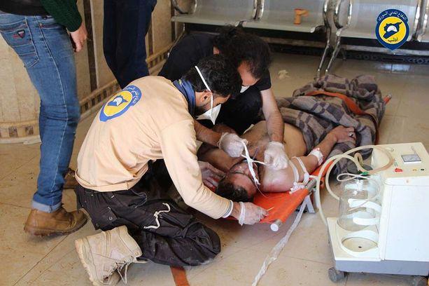 Vaapaehtoisjärjestö White Helmetsin jäsenet auttoivat epäillyssä kemiallisessa iskussa loukkaantunutta miestä Luoteis-Syyriassa.