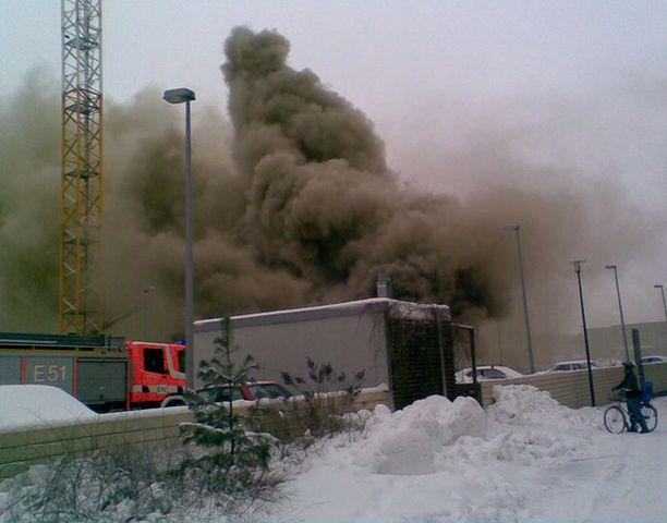 Työmaapalo nostatti ison savupilven Leppävaarassa Espoossa.