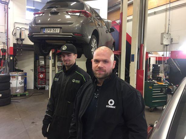 Antti Haapasalo (oik.) työllistää Joonas Hassisen ja yhdeksän muuta ihmistä espoolaisessa AH-Autossa. Vakavat oppimisvaikeudet koulussa eivät ole estäneet Anttia menestymästä myös ihmisten johtamisessa. – En tykkää pomottaa, vaikka sanonkin tarvittaessa tiukasti ja suoraan. Uskon, etteivät työntekijänikään pidä minua ikävänä tyyppinä, Antti hymyilee.