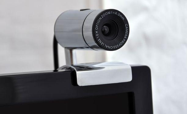Webkamera kiinnitetään usein tietokoneen näytön laitaan.