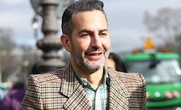 Marc Jacobs on tunnettu yhdysvaltalainen muotisuunnittelija. Mies on työskennellyt myös esimerkiksi Louis Vuittonin taiteellisena johtajana.