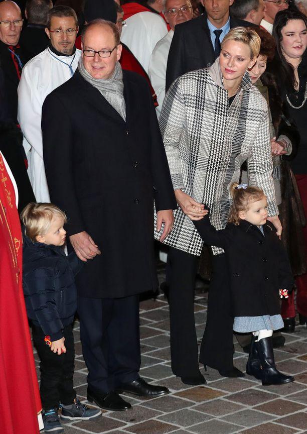 Viime tammikuussa, vain päivä Charlenen 40. syntymäpäivän jälkeen otetussa kuvassa kaksoset Gabrielle ja Jacques malttavat olla aloillaan.