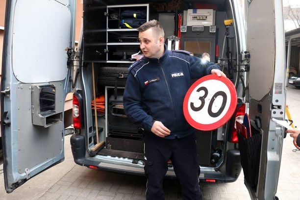 Poliisin tarvikeauton valikoimista löytyy myös tilapäiseen käyttöön tarkoitettujan nopeusrajoitusmerkkejä, joita Josif Kempera esittelee.