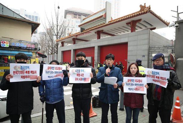Eteläkorealaiset protestoivat perjantaina Kiinan suurlähetystön edessä Soulissa valokuvaajan pahoinpitelyn vuoksi.