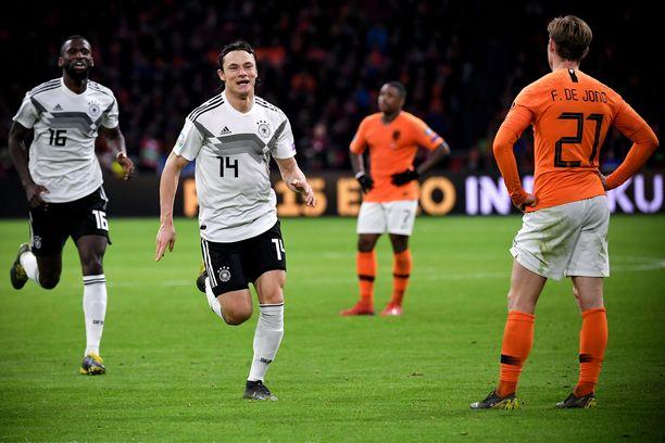 Nico Schulz juhlii voittomaaliaan Hollantia vastaan.