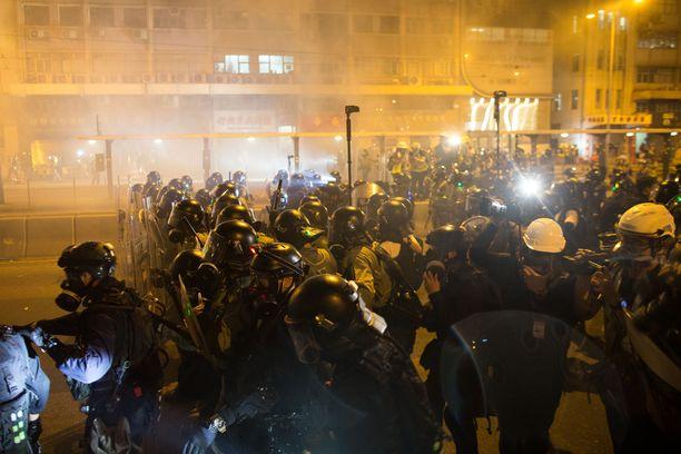 Sunnuntaina mellakkapoliisi käytti kyynelkaasua ja kumiluoteja Hongkongin mielenosoittajia vastaan.