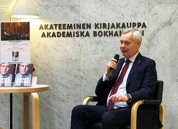 Antti Rinne torstaina elämäkertansa julkistustilaisuudessa.