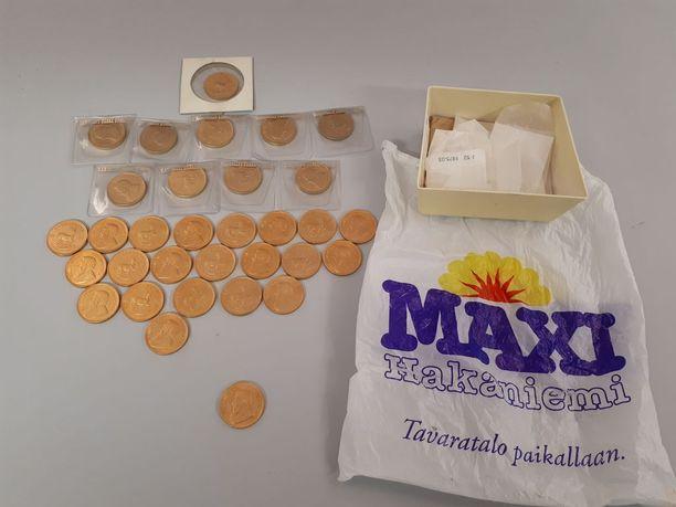 Kolikot sisältänyt pakasterasia oli kääritty Maxi-marketin vanhaan muovipussiin.