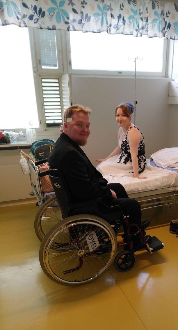 Mika ja Julia sairaalahuoneessa odottamassa vihkiäistilaisuutta.