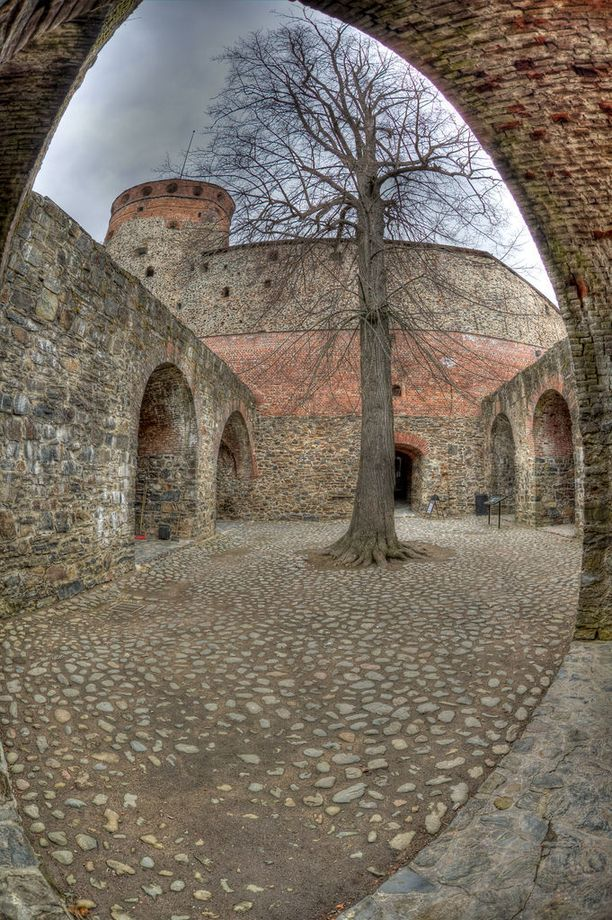 Olavinlinnaan liittyy legenda neidosta, joka muurattiin linnan muuriin hänen kavallettuaan sen vieraille sotajoukuille. Jännittävä tarina ei kuitenkaan perustu tositapahtumiin.