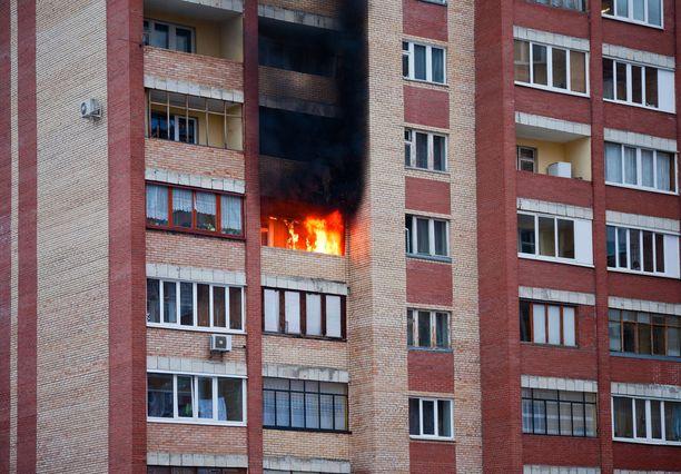 Kerrostalohuoneistossa sattuva tulipalo voi johtaa siihen, että huoneiston sisäovea ei saa auki. Kuvituskuva.