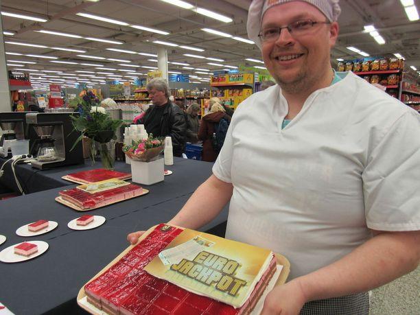 Leipuri Pasi Sormunen leipoi voittokakkua 5000 asiakkaalle.