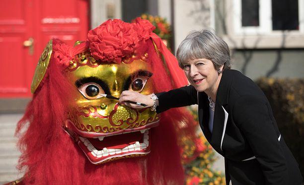 Parhaillaan Kiinassa kauppavierailulla oleva Theresa May sanoi, että EU-kansalaiset eivät pääse vapaasti Britanniaan enää ensi vuoden maaliskuun jälkeen.