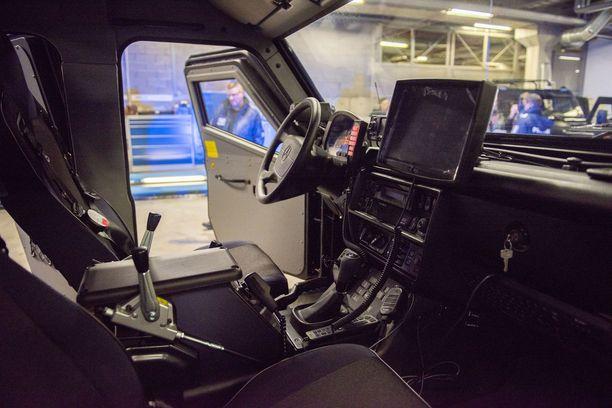 HEVI-auton kyytiin mahtuu neljä poliisimiestä. Ajoneuvossa on nelipisteturvavyöt.