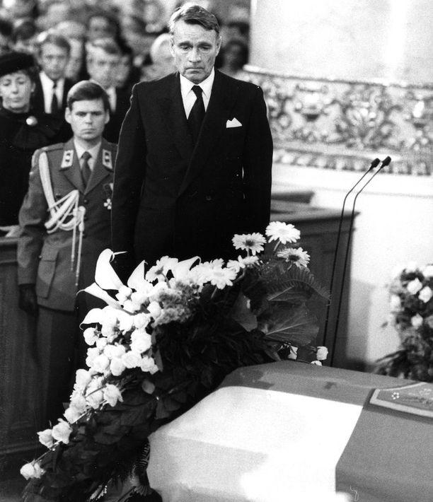 Presidentti Mauno Koivisto piti muistopuheen ja laski seppeleen Kekkosen arkulle.
