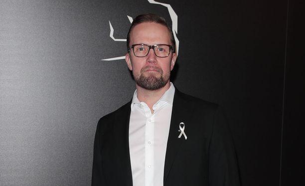 Petteri Summanen kiinnitti Jussi-gaalassa rintapieleensä tasa-arvoa symboloivan valkoisen nauhan.