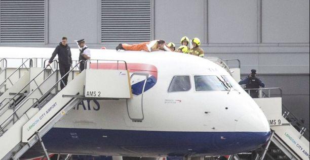 James Brown liimasi itsensä lentokoneen päälle.