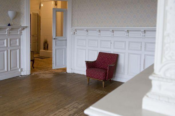 Toisessa salissa hurmaavat seinäpaneelit viestivät menneestä.