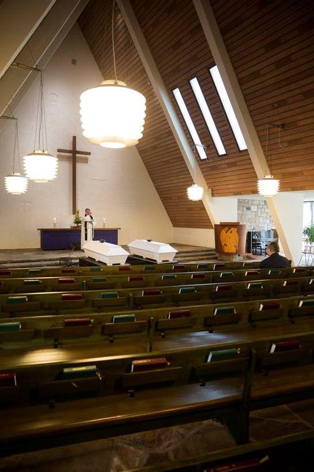 Torstaina 9. huhtikuuta Honkanummen kappelissa siunattiin kaksi vainajaa, mies ja nainen. Yhtään omaista tai tuttavaa ei saapunut paikalle. Siunausvuorossa on kirkkoherra Sakari Enrold. Poikkeuksellisesti paikalla on toisen vainajan siunauksen järjestänyt sosiaaliviranomainen Veikko Rättyä.