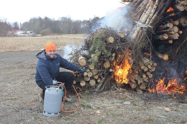 Pekka Kangas avitti puiden syttymistä.