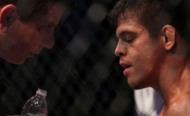 Caio Magalhaes (oikealla) sai pitkän kilpailukiellon veren sylkemisestä.