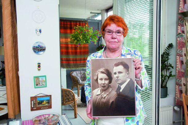 Raija-Liisa Mäkelä syntyi tammikuussa 1938 Neuvostoliitossa. Vain kuukausi sen jälkeen, kun Neuvostoliiton salaisen poliisin miehet olivat noutaneet isän kotoa.
