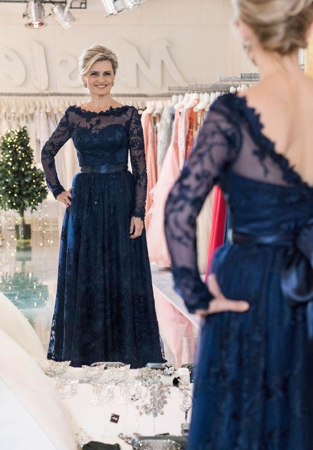 Päivi Räsänen etsi pukua New Yorkista saakka, mutta unelma-asu löytyi Helsingistä. - Olen jo aiemminkin löytänyt Linnan juhliin puvun Meslewistä, Päivi kertoo.