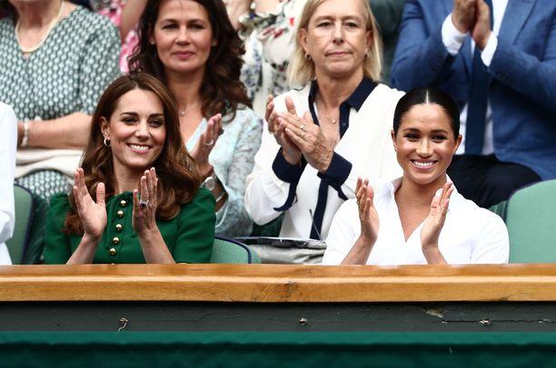 Herttuattaret Catherine ja Meghan kannustivat tennistähti Serena Williamsia.